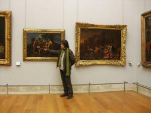 El autor del reportaje ante el extraño cuadro de Poussin