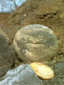 Enormes esferas perfectamente redondas, de varias toneladas algunas, por todo el mundo…Quien las hizo, y para que? 10-225x300