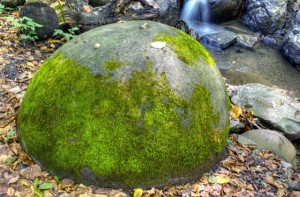 Enormes esferas perfectamente redondas, de varias toneladas algunas, por todo el mundo…Quien las hizo, y para que? 10b-300x197